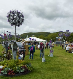 The show has displays of garden art. These huge steel and glass flower sculptures are by Jenny Pickford. I loooooove them.